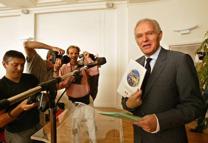 Serge Lepeltier, alors ministre de l'Ecologie, présente à la presse le Plan climat qui devait permettre à la Francede remplir ses engagements dans le cadre du protocole de Kyoto, le 22 juillet 2004 à Paris. (DANIEL JANIN / AFP)