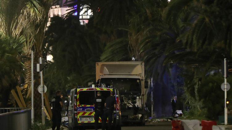 Le camion utilisé par le tueur, le 14 juillet 2016 à Nice (Alpes-Maritimes). (VALERY HACHE / AFP)
