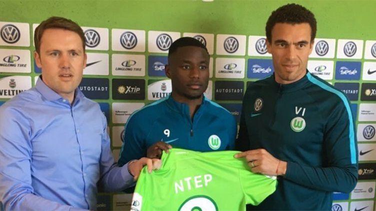 Paul-Georges Ntep lors de sa présentation officielle à Wolfsburg, en compagnie notamment de son nouvel entraîneur, Valérien Ismaël