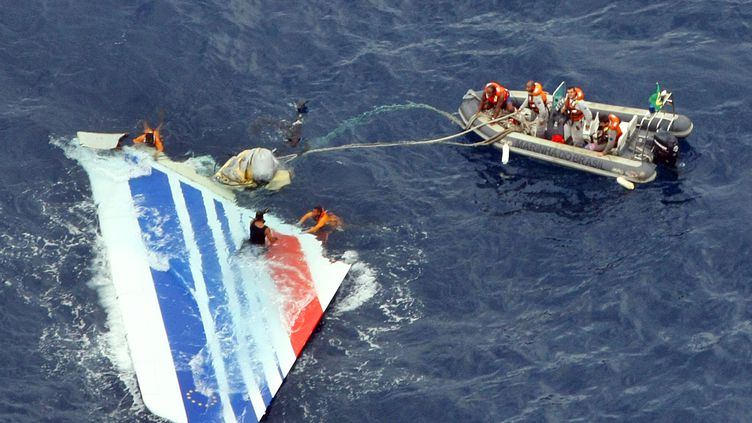 La marine brésilienne remonte une partie l'Airbus A330 qui s'est écrasé dans l'océan Atlantique avec 228 passagers à son bordle 1er juin 2009. (BRAZILIAN NAVY / AFP)