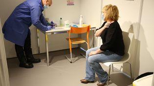Une femme se fait vacciner à Paris, le 6 mai. (LP/ AUR?LIE AUDUREAU / MAXPPP)