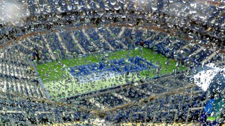 La pluie sur le court Arthur Ashe (TIMOTHY A. CLARY / AFP)