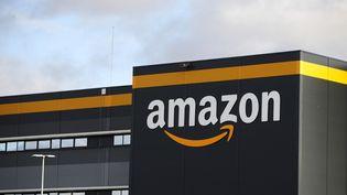 Le logo d'Amazon sur un centre du groupe à Bretigny-sur-Orge (Essonne), le 28 novembre 2019. (THOMAS SAMSON / AFP)
