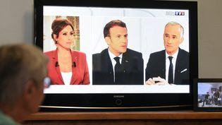 Le président de la République Emmanuel Macron à la télévision lors de son entretien du 14-Juillet 2020 avec les journalistes Léa Salamé et Gilles Bouleau. (DENIS CHARLET / AFP)