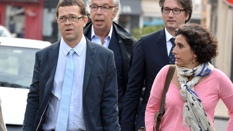 Le docteur Nicolas Bonnemaison (à gauche) arrive au tribunal de Pau (Pyrénées-Atlantiques), en compagnie de sa femme et de ses avocats, le 25 juin 2014. (JEAN-PIERRE MULLER / AFP)