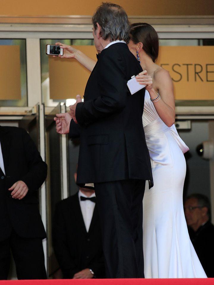 Le selfie d'Hilary Swank et Tommy Lee Jones.  (CHASSERY+KLOTCHKOFF / KCS PRESSE)