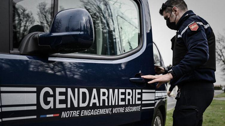 Un gendarme à Carbon-Blanc (Gironde), le 2 mars 2021. (PHILIPPE LOPEZ / AFP)