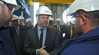 Emmanuel Macron discute avec des travailleurs sur le site de la centrale nucléaire de Civaux, le 17 mars 2016. (Photo d'illustration) (GUILLAUME SOUVANT / AFP)