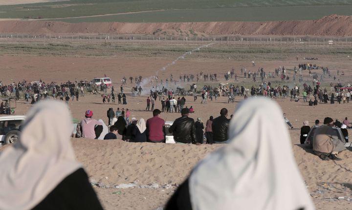 """Des dizaines de milliers de Palestiniens protestentpour le """"droit au retour"""", le long de la frontière séparant la bande de Gaza d'Israël, le 1er avril 2018. (ADEL HANA/AP)"""