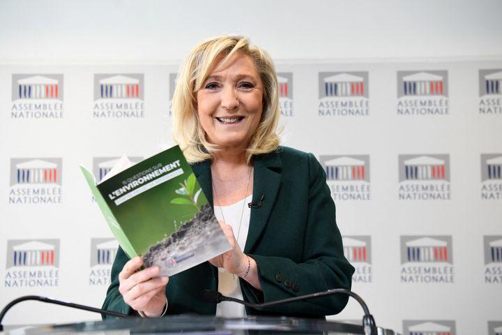 Marine Le Pen tient une conférence de presse pour présenter son contre-projet de référendum sur l'écologie, à Paris le 9 mars 2021. (ALAIN JOCARD / AFP)