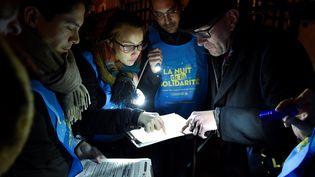 """Des bénévoles participent à la """"Nuit de la solidarité"""" organisée par la mairie de Paris, jeudi 15 février 2018"""", dans les rues de la capitale. Les volontaires ont pour objectif de dénombrer les sans-abris. (GERARD JULIEN / AFP)"""