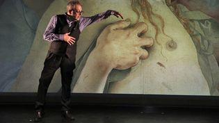"""Hector Obalk dans son stand-up """"Toute l'Histoire de la Peinture en moins de 2 heures"""" (2021). (CORPUS PRODUCTION)"""