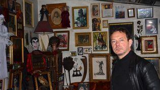 Jacques Sirgent dans son musée des Vampires et des monstres de l'imaginaire, aux Lilas. (JACQUES SIRGENT)
