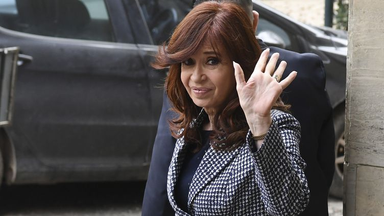 L'ancienne présidente d'Argentine, Cristina Kirchner, quitte le tribunal fédéral à Buenos Aires, le 18 septembre 2018. (EITAN ABRAMOVICH / AFP)