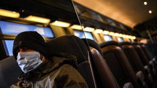 Un homme portant un masque dans un train à Paris, le 17 mars 2020. (CHRISTOPHE ARCHAMBAULT / AFP)