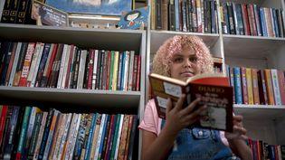 Lua Oliveira, 12 ans, dans sa bibliothèque de lafavela Tabajaras favela à Rio de Janeiro au Brésil, le 10 mars 2020 (MAURO PIMENTEL / AFP)