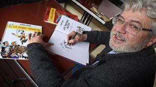 """Le dessinateur Achdé, lors d'une dédicace de l'album de Lucky Luke, """"la terre promise"""", en 2016. (JOEL PHILIPPON / MAXPPP)"""