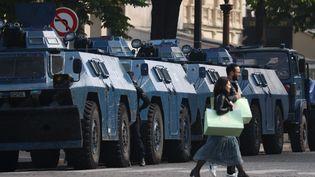 Des tanks de la gendarmerie postés à Paris, le 1er mai 2019. (KENZO TRIBOUILLARD / AFP)