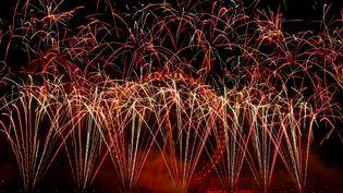 Des feux d'artifices tirés à Londres (Royaume-Uni), à l'occasion du réveillon du Nouvel An, le 1er janvier 2019. (ADRIAN DENNIS / AFP)