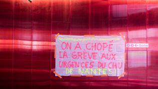 Une banderole déployée au CHU de Nantes (Loire-Atlantique), vendredi 3 mai 2019. (JEREMIE LUSSEAU / HANS LUCAS / AFP)