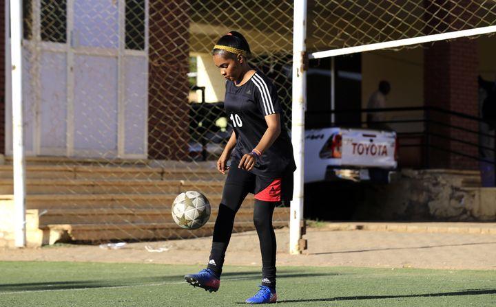 L'attaquante soudanaise Rayan Rajab, 22 ans, joue au club de Tahadi à Khartoum, la capitale (photo prise le 20 novembre 2019). (ASHRAF SHAZLY / AFP)