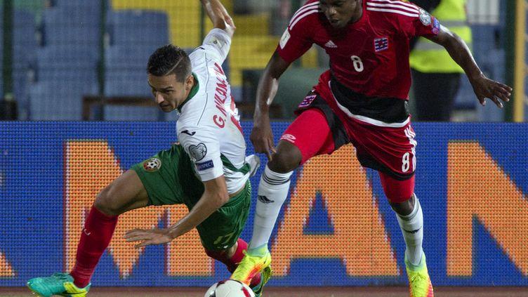 Christopher Martins-Peireira aux prises avec le milieu bulgare Georgi Milanov lors de la défaite du Luxembourg en Bulgarie le 6 septembre dernier (3-4).   (NIKOLAY DOYCHINOV / AFP)