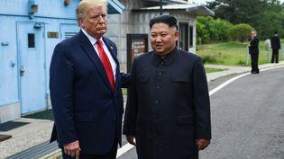 Le leader nord-coréen et le président américain, le 30 juin 2019, àPanmunjom, en Corée du Nord, dans la zone démilitarisée. (BRENDAN SMIALOWSKI / AFP)