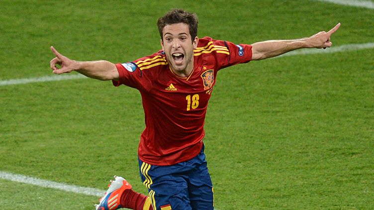 Jordi Alba célèbre son but, le deuxième de la soirée pour l'Espagne, le 1er juillet 2012 à Kiev (Ukraine). (CHRISTOF STACHE / AFP)