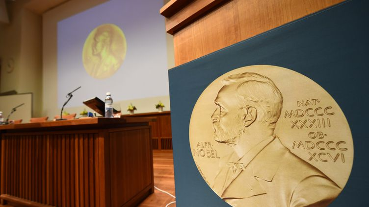 Une médaille représentant Alfred Nobel, le 2 octobre 2017 à l'institut Karolinska de Stockholm (Suède). (JONATHAN NACKSTRAND / AFP)