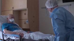 La rééducation des malades gravement atteints par le Covid-19 peut prendre des semaines. Ils doivent réapprendre les gestes du quotidien. (FRANCE 3)