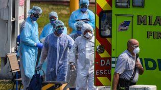 Des médecins se préparent à accueillir des malades confinés sur un bateau de croisière, le 26 mars 2020 à Miami (Etats-Unis). (CHANDAN KHANNA / AFP)