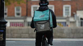 Un livreur Deliveroo à Dublin, en Irlande, le 13 mai 2021. (ARTUR WIDAK / NURPHOTO / AFP)