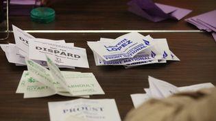 Des bulletins de vote dépouillés à Brignoles (Var), le 6 octobre 2013, lors de l'élection cantonale partielle. (MAXPPP)