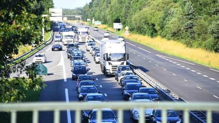 Des véhiculesentre Ploermel (Morbihan) et Rennes (Ille-et-Vilaine),dans lesembouteillages, le 16 juillet 2021. (RONAN HOUSSIN / NURPHOTO / AFP)