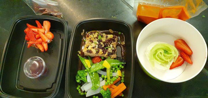 Le menu cuisiné par le restaurant du George V pour les soignants de l'hôpital Robert Debré (Paris) : burrata, agneau confit aux légumes verts, fraises et chocolats. (RADIO FRANCE / BORIS LOUMAGNE)