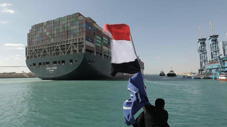 """L'""""Ever Given"""", porte-conteneurs de 200000 tonnes, repart après avoir bloqué le canal de Suez durant 8 jours (Ismaïlia le 29 mars 2021). (- / SUEZ CANAL AUTHORITY)"""