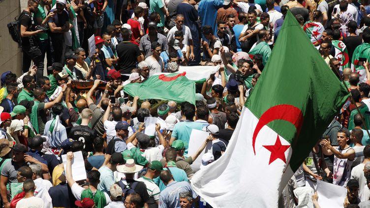 Une manifestation à Alger, le 28 juin 2019. (BILLEL BENSALEM / APP / MAXPPP)
