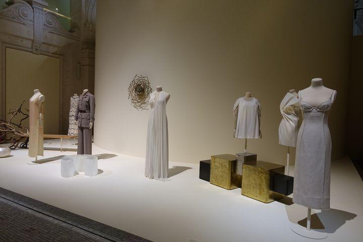 ExpositionLuxesau Mad: ici sont exposées des vêtements qui semblent minimalistes d'aspect. Leurs luxes : être réalisés pour certains en lin comme la robe du créateur Simon Porte Jacquemus (à l'extême droite) (CORINNE JEAMMET)