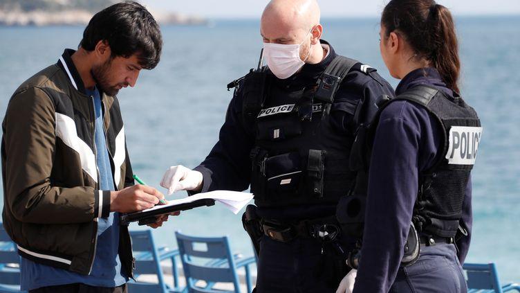 Un contrôle de police sur la promenade des Anglais, à Nice, le 20 mars 2020. (ERIC GAILLARD / X00102)