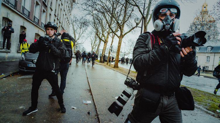 """Des journalistes prennent des images lors de manifestations des """"gilets jaunes"""" à Paris, le 19 janvier 2019. (SIMON GUILLEMIN / HANS LUCAS)"""
