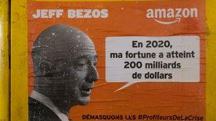 Une affiche hostile à Jeff Bezos, le fondateur d'Amazon devenu milliardaire, le 22 décembre 2020 à Paris. (GEORGES GONON-GUILLERMAS / HANS LUCAS)