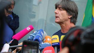 Le sélectionneur allemand Joachim Löw donne une conférence de presse à l'aéroport de Francfort (Allemagne), le 28 juin, au lendemain de l'élimination de l'Allemagne en Coupe du monde. (YANN SCHREIBER / AFP)