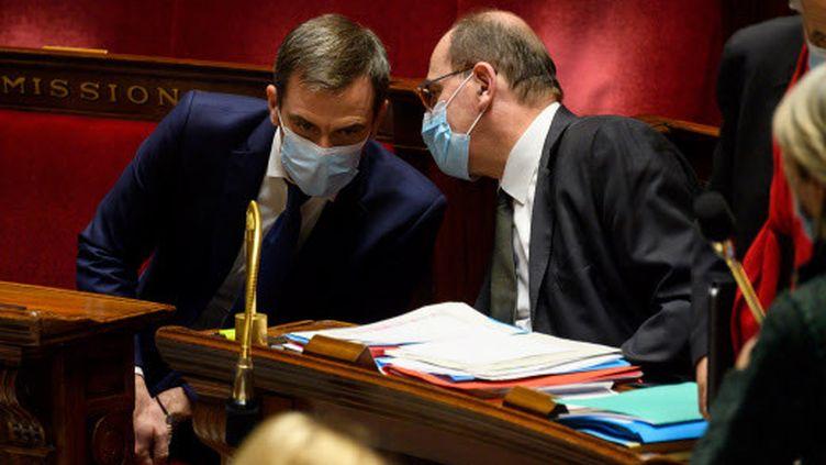 Le Premier ministre, Jean Castex, et le ministre de la Santé, Olivier Véran, à l'Assemblée nationale, à Paris, le 16décembre 2020, pour la présentation de la stratégie vaccinale française. (JACQUES WITT / SIPA)