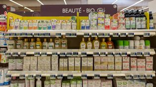 Un rayon de produits cosmétiques dans un supermarché de Perpignan (Pyrénées-Orientales), le 15 octobre 2019. (CELINE ISAERT - VINCENT BRUGERE / AFP)