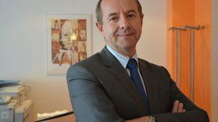 Jean-Jacques Urvoas, dans l'entrée de sa permanence parlementaire, à Quimper (Finistère), le 8 juin 2015. (MAXPPP)