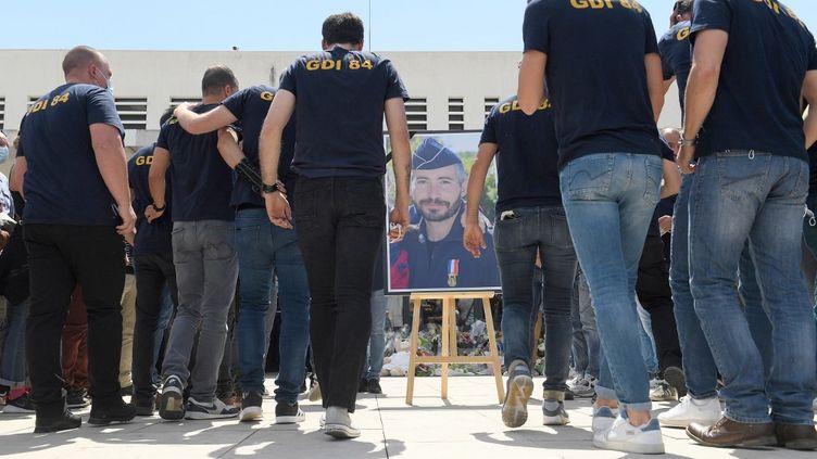 Des collègues d'Eric Masson se réunissent en sa mémoire, le 9 mai 2021, devant le commissariat d'Avignon (Vaucluse). (NICOLAS TUCAT / AFP)