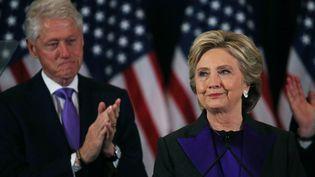 Hillary Clinton est applaudie par son mari Bill, à New York, le 9 novembre 2016, pendant son premier discours après sa défaite à la présidentielle américaine. (CARLOS BARRIA / REUTERS)