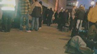 Des chômeurs anglais, employés par une société de sécurité, dorment sous un pont de Londres (Royaume-Uni), dans la nuit du 2 au 3 juin 2012. (FTVI / FRANCE 2)