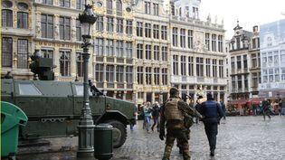 Des soldats belges patrouillent sur la Grand-Place de Bruxelles (Belgique), samedi 21 novembre 2015, alors que la capitale est en état d'alerte maximale. (FRANCOIS LENOIR / REUTERS)