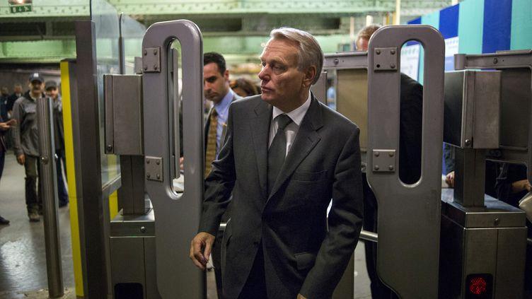 Jean-Marc Ayrault prend le RER à la station Luxembourg (Paris), le 7 juin 2012. (FRED DUFOUR / AFP)